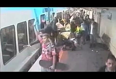 فيديو: لحظه سقوط طفلة اسفل القطار اثناء نزولها مع امها