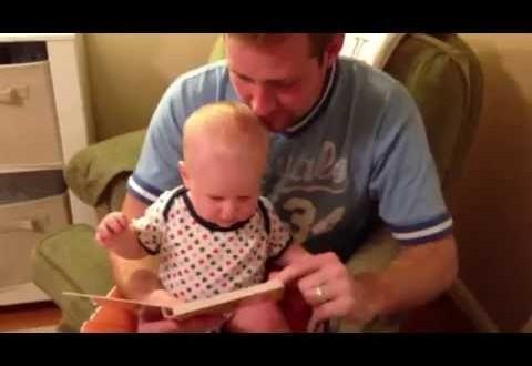 فيديو: طريف لرضيع يضحك من قلبه على قراءة والده
